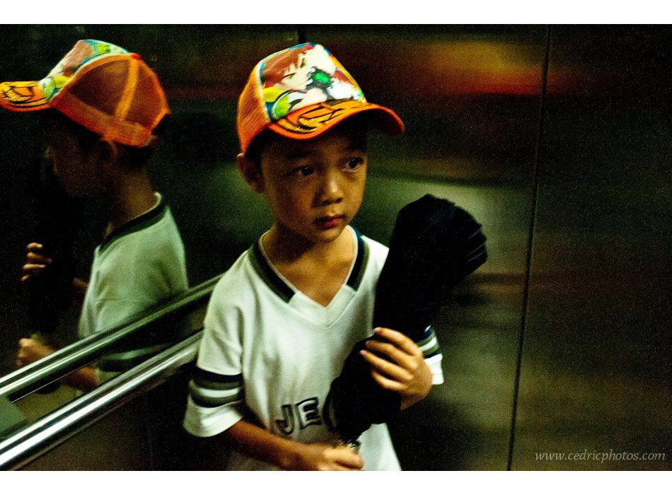(1) Depuis une semaine, je rêve tous les soirs de l'enfant triste au parapluie.